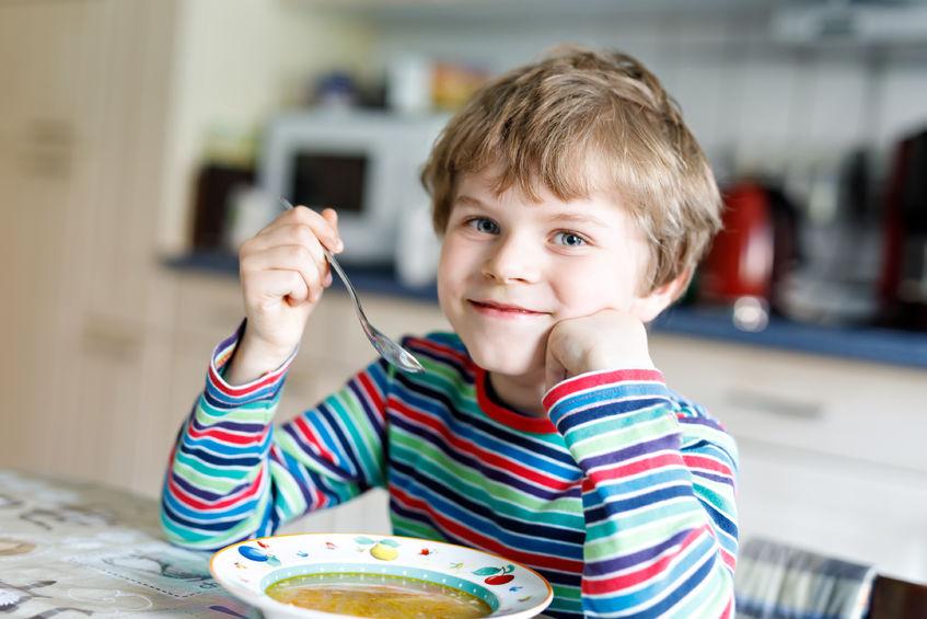 copiii mănâncă viermi)