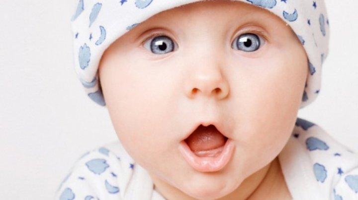 râzând un copil ca.)