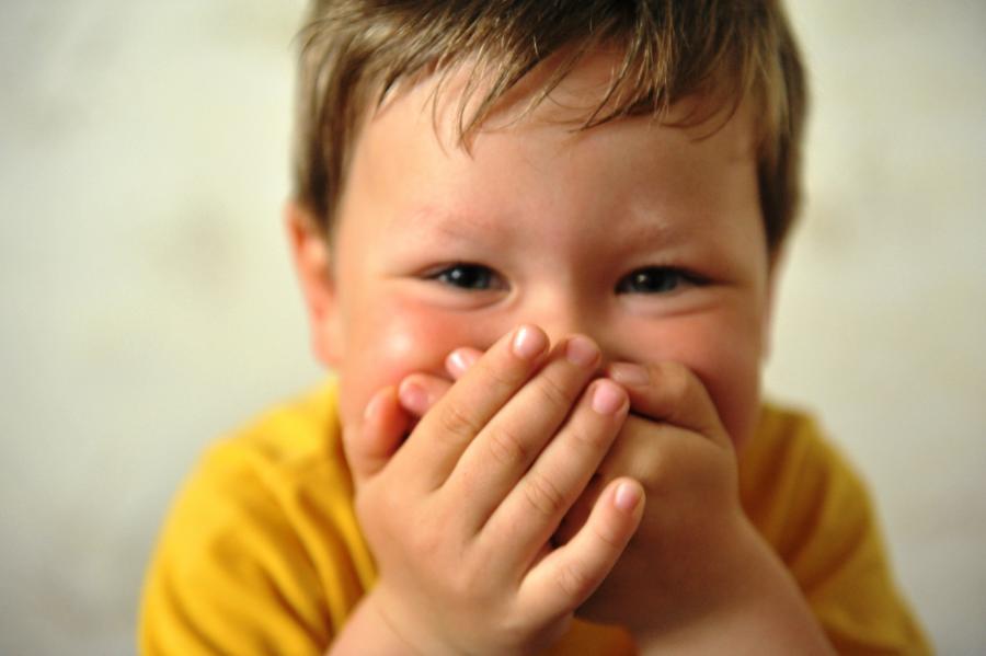 râzând un copil ca.